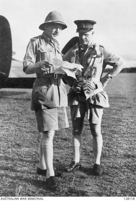 Zwei britische Offiziere mit Bermuda Shorts im zweiten Weltkrieg